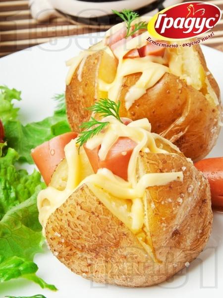 Запечени картофи със сирене, кашкавал и кренвирши на фурна - снимка на рецептата